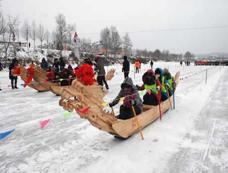 高环视察今年市中心区城市建设提档升级工程 日月峡滑雪场的游客在